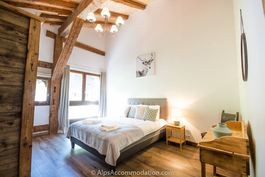 Chalet Skean Dhu Samoens The very spacious ensuite family room with luxurious king size bed and 2 twin beds.